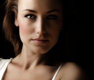 mörk kvinna för framsidaglamourstående Arkivbild