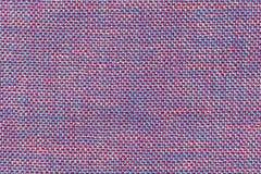 Mörk lila- och blåtttextilbakgrund med schackmodellen, closeup Struktur av tygmakroen Fotografering för Bildbyråer