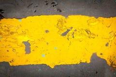 Mörk målarfärg för stålgolvplatta med den gula modellen Arkivfoto