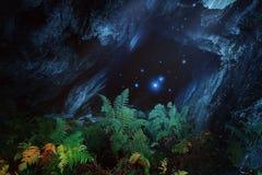 Mörk magisk grotta med bergandar Arkivfoto