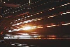 Mörk modern inre med rulltrappor fotografering för bildbyråer