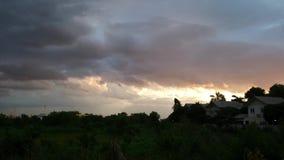 Mörk moln och himmel för regnet lager videofilmer