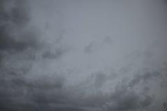 Mörk molnig himmel för regnnedgångarna Arkivfoto