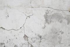 Mörk murbrukvägg med smutsig skrapade horisontallodisar för vit svart Royaltyfria Foton