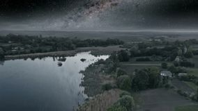 Mörk natt över sjön arkivfilmer