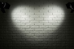 Mörk och grå tegelstenvägg med ljus effekt för hjärtaform och skugga, abstrakt bakgrundsfoto, belysningsutrustning Arkivbild