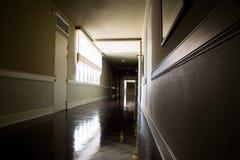 Mörk och tom korridor med tillgängligt naturligt ljus från fönster royaltyfria foton