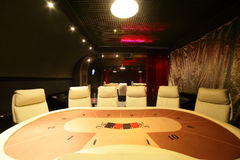 Mörk och trendig kasino med tabeller arkivfoton