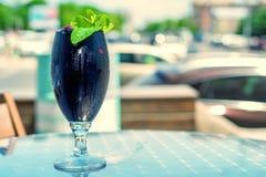 Mörk restaurangcoctail med mintkaramellen och hallonet royaltyfri bild
