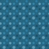 Mörk sömlös modell av många ljusa snöflingor på blå backgroun Arkivfoton