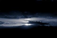 mörk skysun Arkivbild