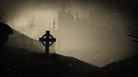 Mörk slott på en kyrkogård Gamla filmeffekter halloween Arkivfoton