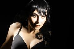 Mörk stående av den eleganta brunettkvinnan fotografering för bildbyråer