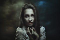 Mörk stående av den mystiska kvinnan royaltyfria bilder