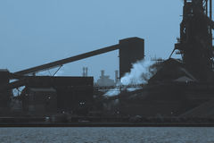mörk steelmill Arkivbild