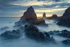 Mörk sten med härlig solnedgång Fotografering för Bildbyråer