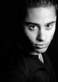 mörk stilig latinamerikansk stående för man en royaltyfria bilder