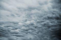 Mörk stormhimmel med regniga moln Arkivbilder