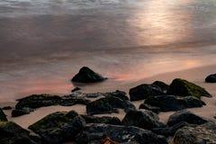 Mörk strand med det dramatiska molnet i morgon med soluppgång royaltyfri foto
