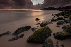 Mörk strand med molnet i morgon med soluppgång royaltyfria bilder