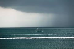 Mörk strom för himmelmolnregn i havet royaltyfria bilder