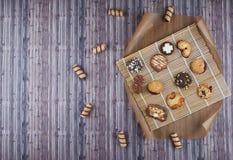 Mörk tappningbakgrund med olika hemlagade kakor Arkivbild