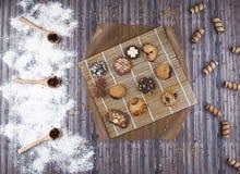 Mörk tappningbakgrund med olika hemlagade kakor Arkivfoton
