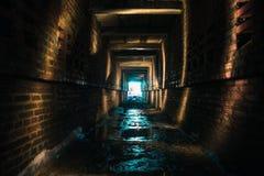Mörk tegelsten övergiven tunnel, abstrakt utgång som tänder begreppsbakgrund Fotografering för Bildbyråer