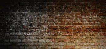 Mörk tegelstenvägg för tappning Royaltyfria Foton