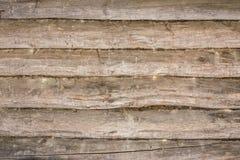 Mörk textur av en forntida trävägg som byggs av journaler och mossa, abstrakt bakgrund Fotografering för Bildbyråer
