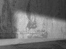 Mörk tom betongväggruminre Stads- arkitekturbaksida Arkivfoto
