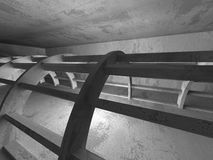 Mörk tom konkret ruminre stads- arkitekturbakgrund Arkivfoto