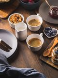 Mörk träbakgrund för hemtrevligt begrepp för frukostmat arkivfoto