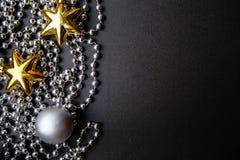 Mörk träbakgrund för jul eller för nytt år, Xmas-svartbräde som inramas med säsonggarneringar Fotografering för Bildbyråer