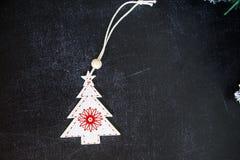 Mörk träbakgrund för jul eller för nytt år, Xmas-svartbräde som inramas med säsonggarneringar, utrymme för en text, sikt från öve arkivfoto
