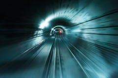 Mörk underjordisk tunnel med suddiga ljusa spår Arkivbild