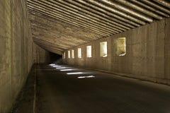 Mörk vägtunnel, underjordisk väg royaltyfria foton