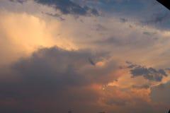 Mörk vinterhimmel med tjocka klumpar Arkivbild