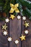 Mörk wood bakgrund med granfilialer och garneringar, lodlinje Royaltyfri Fotografi