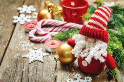 Mörk wood bakgrund med Santa Claus och jul klumpa ihop sig Royaltyfri Foto