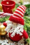 Mörk wood bakgrund med Santa Claus och jul klumpa ihop sig Arkivfoton