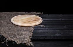 Mörk wood tabell med magasinet för pizza royaltyfria bilder