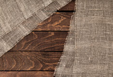 Mörk wood textur och textil trätabell och säckväv fotografering för bildbyråer