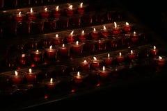mörka burning stearinljus arkivbilder