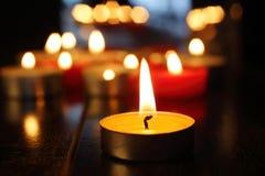 mörka burning stearinljus arkivbild