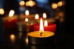 mörka burning stearinljus arkivfoto