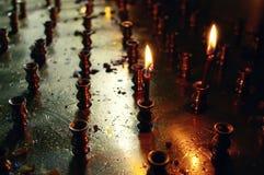 mörka burning stearinljus Royaltyfria Bilder