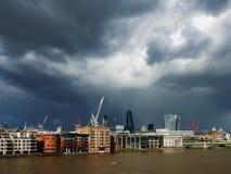Mörka coulds över London Arkivbild