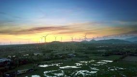 Mörka dalvindgeneratorer efter guld- solnedgång stock video