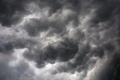Mörka eller svarta moln på himlen, innan att regna för storm arkivfoto